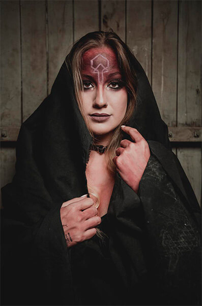 Allenkey - Karina Menasce - Vocalista